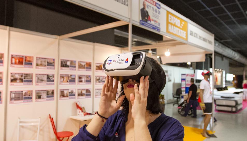 Una visitant provant les ulleres de realitat virtual a l'Expohabitatge, ahir.