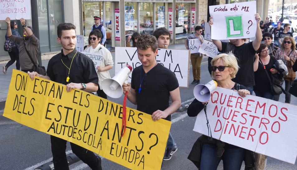 Els alumnes es van manifestar un mes després del tancament sobtat de l'Autoescola Europa.