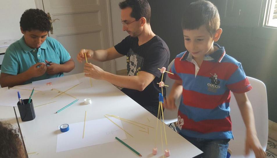 Mitjançant el joc, les preguntes i l'observació de les inquietuds del nen s'esbrina el seu talent.