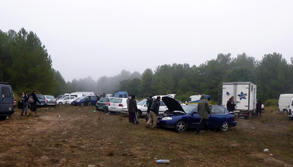 Imatge general de vehicles aparcats i alguns assistents a la 'rave' organitzada a Querol (Alt Camp), en una imatge feta pública el 10 d'octubre del 2016