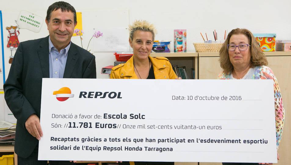 El director del Complex Industrial de Repsol a Tarragona, Josep Francesc Font, la directora del centre, Raquel Martínez, i una professora de l'escola.