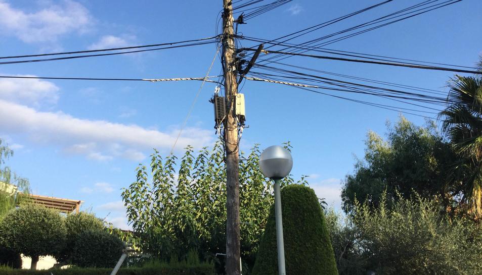 El cablejat de telefonia mòbil penja de punt a punta dels carrers.