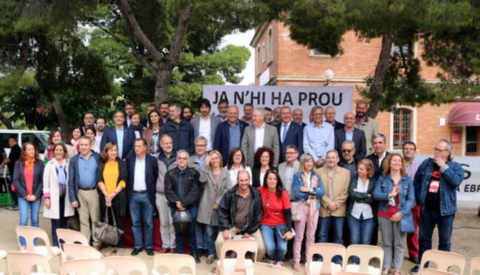 Foto de família de l'acte institucional organitzat a l'estació de tren de Vila-seca en defensa del ferrocarril.