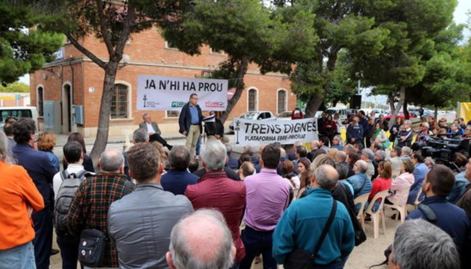 Unes 200 persones han assistit a l'acte convocat a l'estació de tren de Vila-seca per denunciar l'estat deficitari del