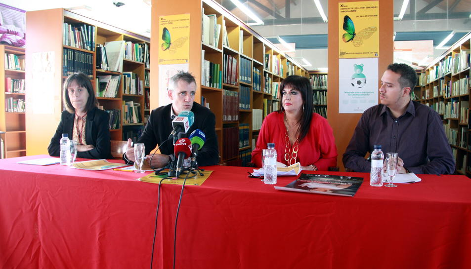 Presentació de les Jornades a la biblioteca d'Amposta amb Inés Martí, regidora de Cultura, Adam Tomàs, alcalde, Joana Serret, directora de la biblioteca i Àngel Miñana, director de la companyia 'Terra Baixa'.