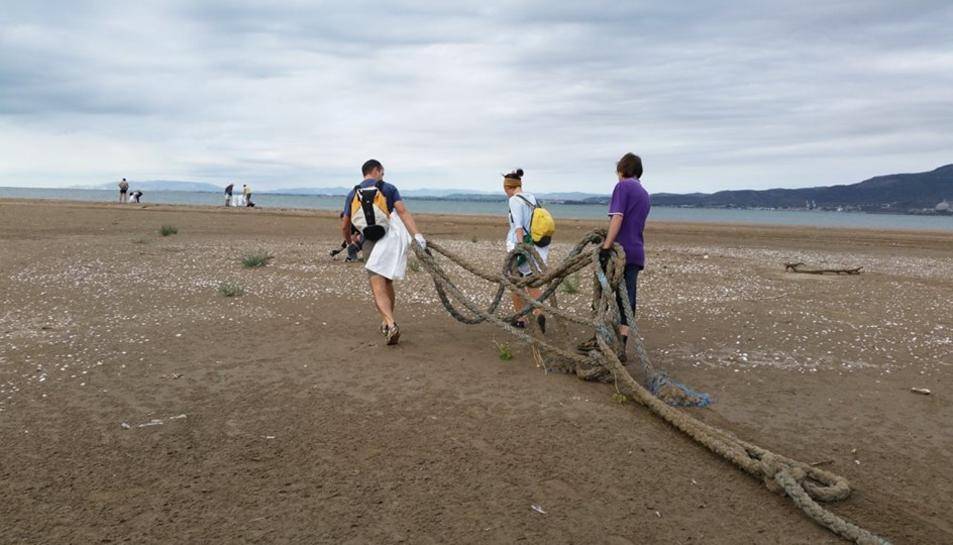 Voluntaris treballant durant la jornada de neteja popular.