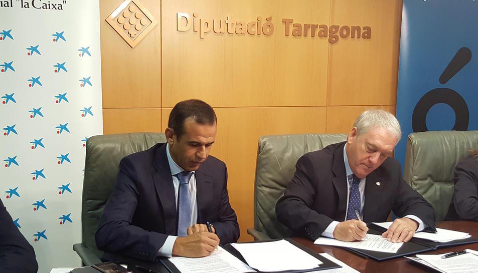 Els encarregats de signar el conveni han estat el president de la Diputació de Tarragona, Josep Poblet, i el director territorial de CaixaBank a Catalunya, Jaume Masana.