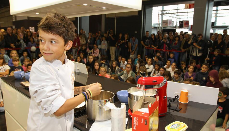 Un moment de la demostració culinària del participant al concurs culinari.