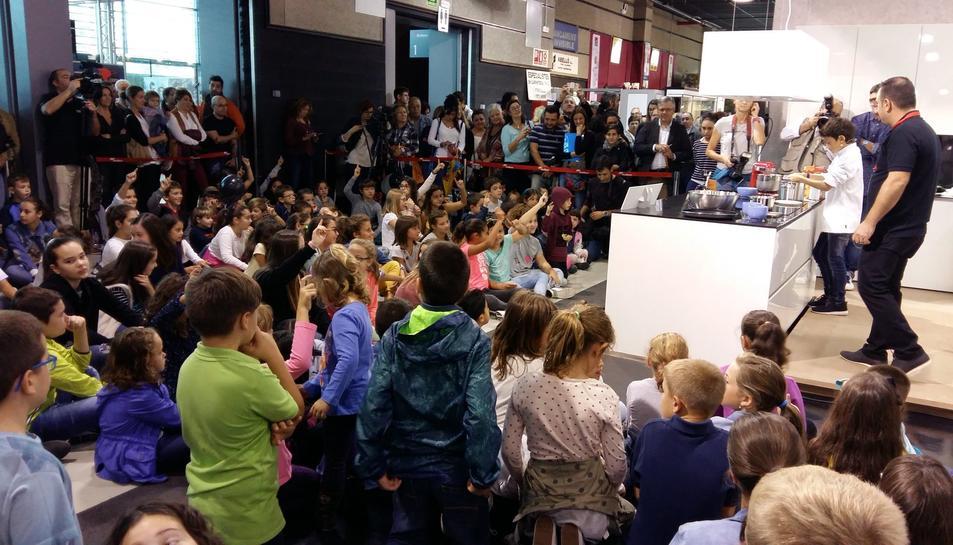 Desenes de nens i nenes han assistir al show.