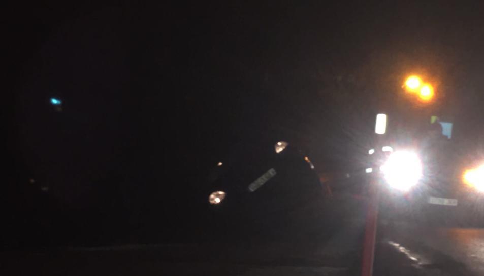 El cotxe fora de la via a la dreta de la via.