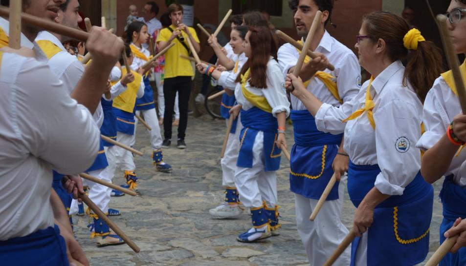 El ball de bastons de Salou en una de les seves actuacions.