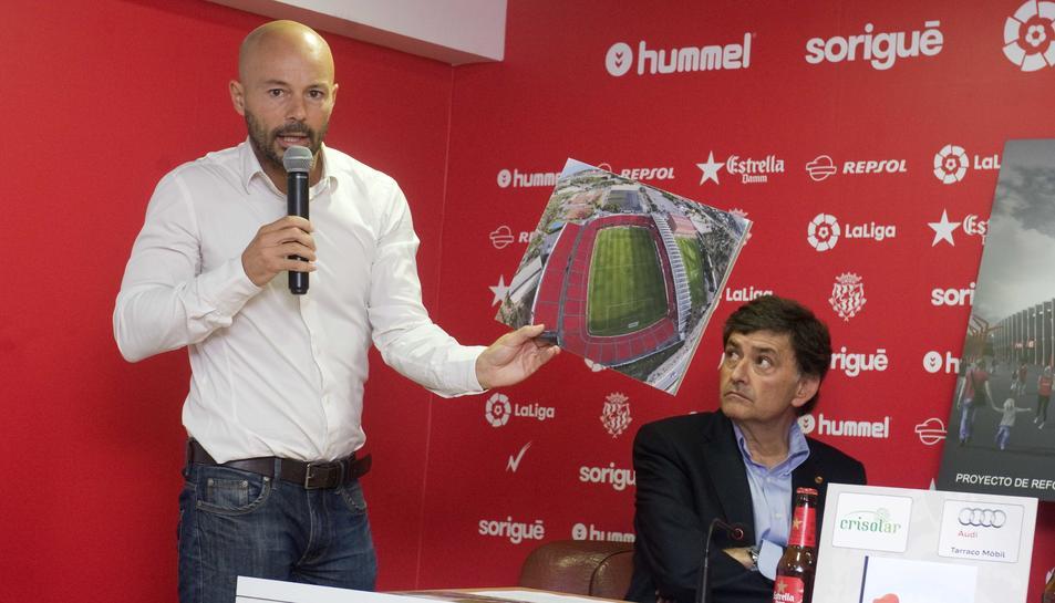 L'arquitecte, mostrant el projecte, amb el president del Nàstic, Josep Maria Andreu.