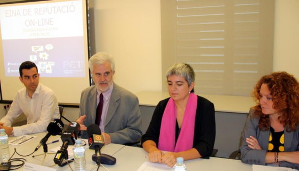 Presentació de l'eina 'E-Reputació', amb responsables del Parc Científic i Tecnològic de Turisme, el president del Patronat de Turisme de la Diputació de Tarragona, Martí Carnicer, i la directora d'un allotjament.