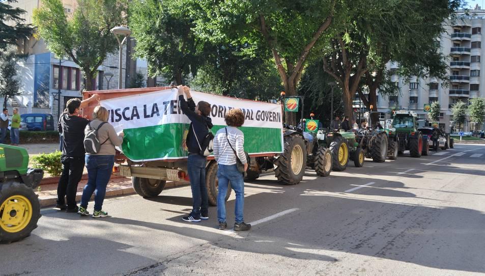 La protesta dels pagesos ve motivada per les retallades del Departament d'Agricultura.