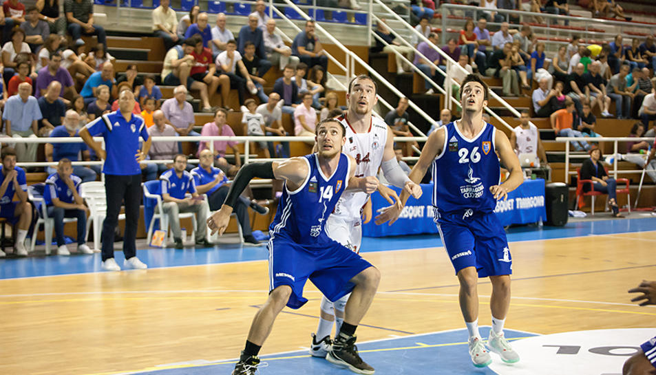 James, del Sammic, entre Ferran Torres (esquerra) i Dani Martínez, en el darrer partit a casa.