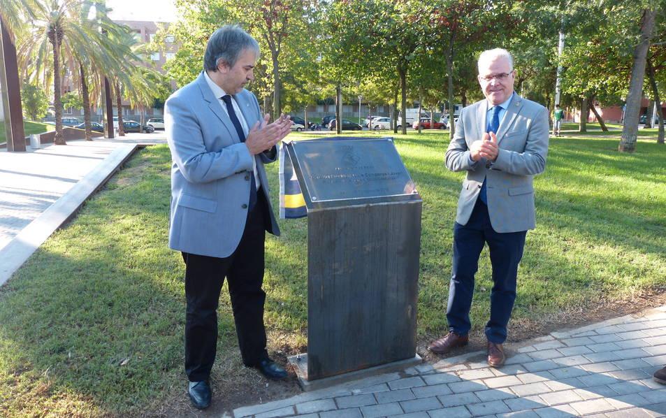 L'alcalde de Salou i el secretari general de la Presidència en l'acte institucional.