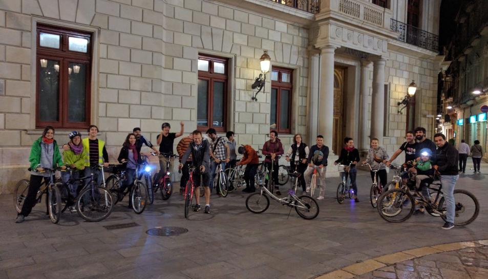 Participants al punt de trobada a la plaça del Mercadal.