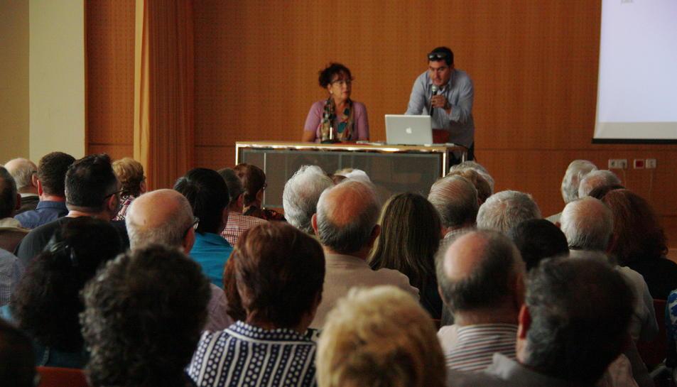 El president de la Plataforma d'Afectats per la Cooperativa Agrícola de Cambrils, Dani Pallejà, parlant amb els afectats.
