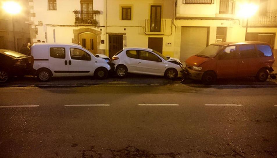 El 4x4 ha malmès els quatre cotxes aparcats.