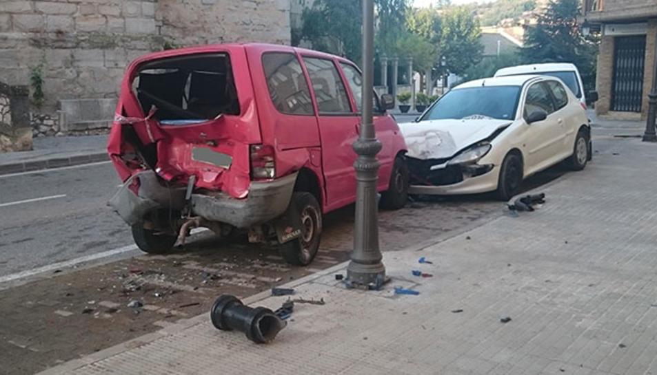 El xoc ha provocat danys en vehicles i mobiliari públic.
