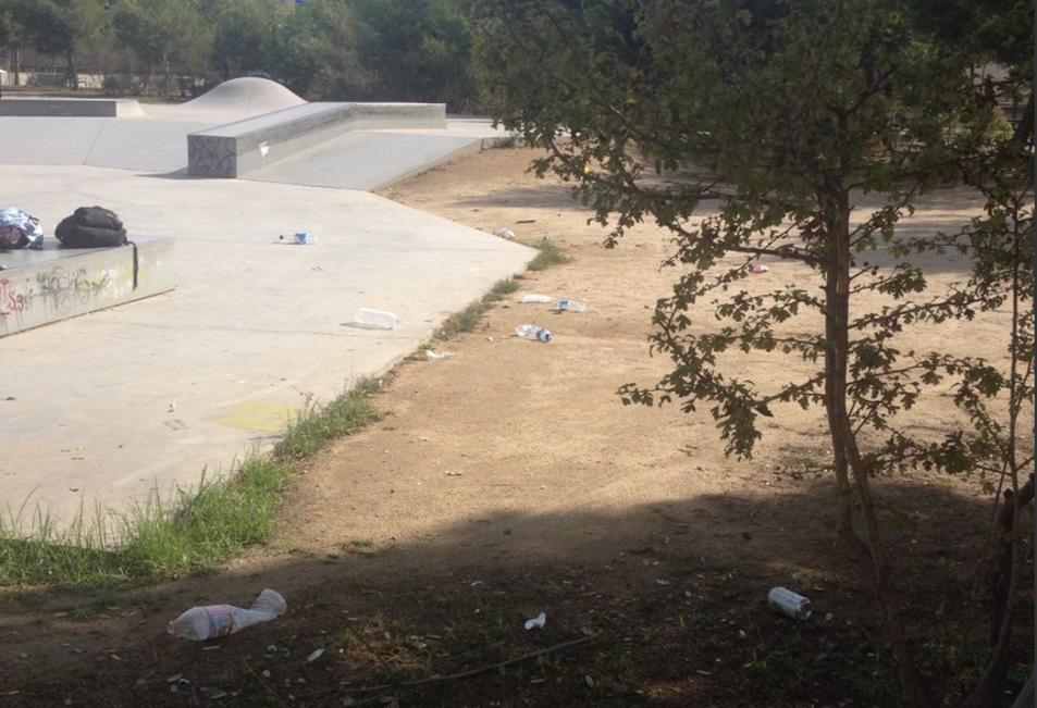 Imatge de l'acumulació de deixalles prop de la zona de patinatge.