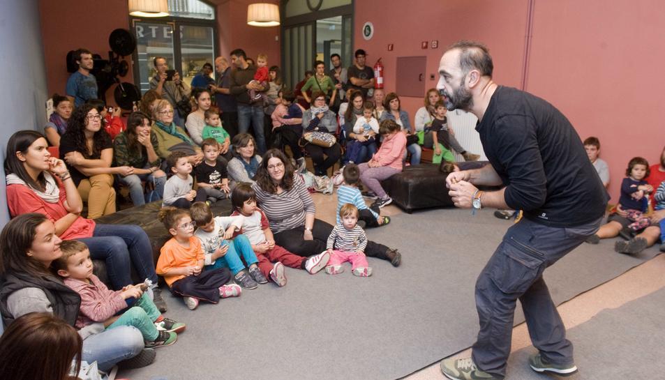 Els més petits van participar en la presentació de la Geganta de goma.