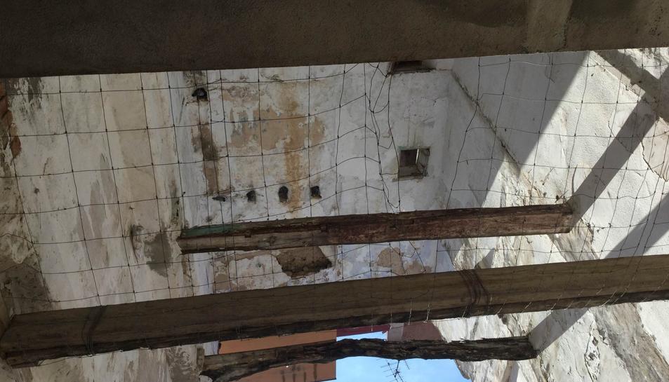 Un dels edificis de la Part Alta en mal estat.