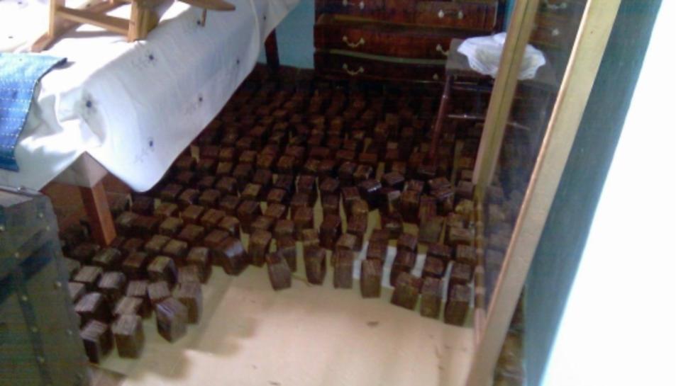 Fardells d'haixix decomissats a l'Atmella de Mar.