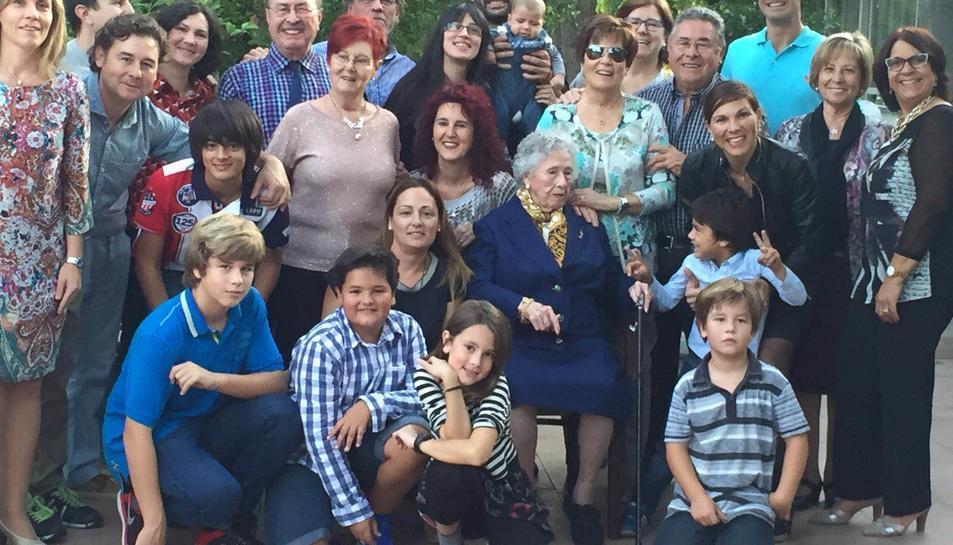 La Montserrat Montserrat envoltada de part d ela seva família.