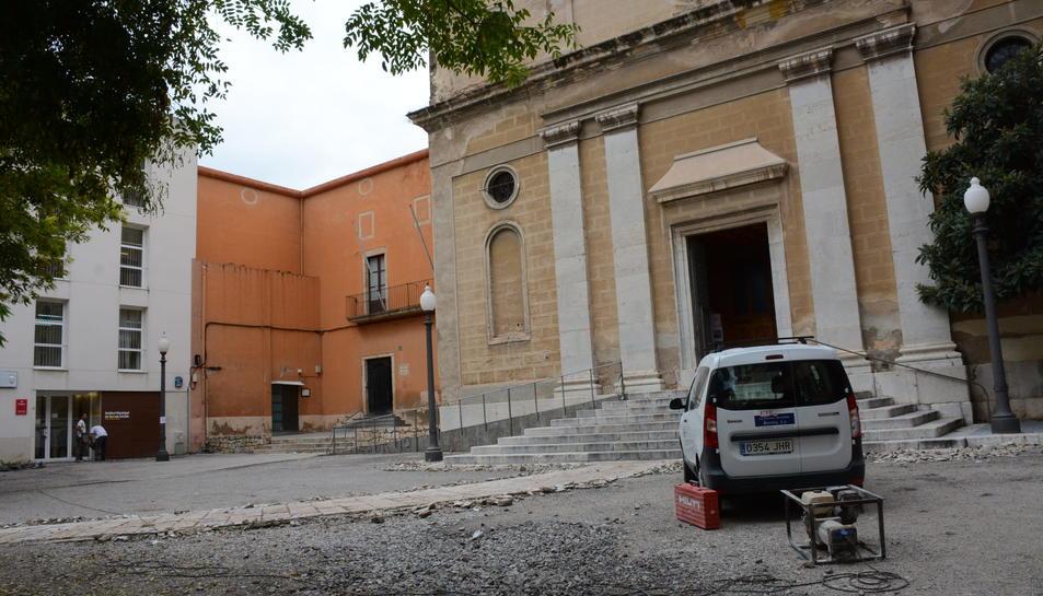 Imatge de les obres que s'estan duent a terme a la plaça de l'església de Sant Joan.
