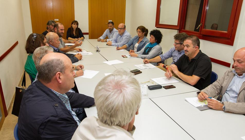 Membres de la Taula del Baixador, citats al Centre Cívic Ponent.