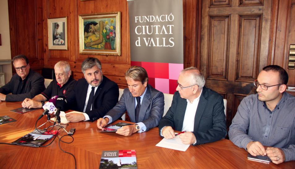 D'esquerra a dreta, el propietari d'una acadèmia d'anglès, Ramon Solé; el representant de la colla Jove, Rafel Sans;  l'alcalde de Valls, Albert Batet; l'empresari Manel Torreblanca; el representant de la Fundació Ciutat de Valls, Jordi París; i el repres