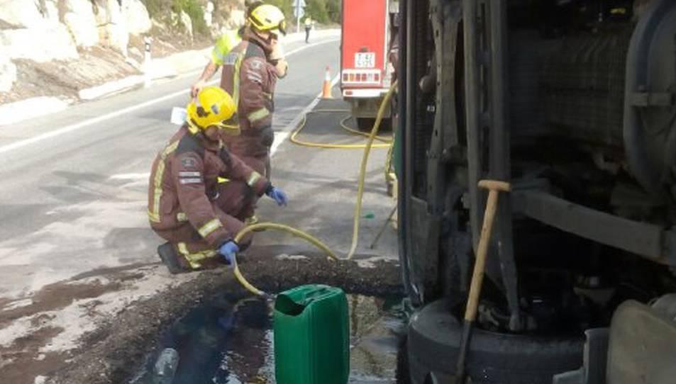 Els Bombers retirant el gasoil del dipòsit del camió.