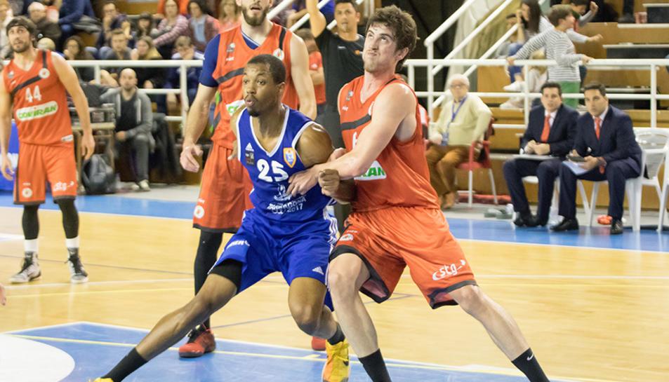 Orion lluita per un rebot en un partit de la temporada passada.