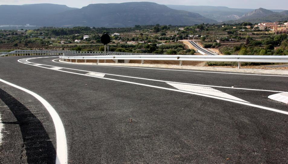 Aquesta variant de Valls, executada per la Generalitat, fa uns 800 metres de longitud, amb dos carrils de 3,5 metres d'amplada i discorre per damunt d'un torrent, que salva amb un pont, en una imatge del 17 d'octubre del 2016