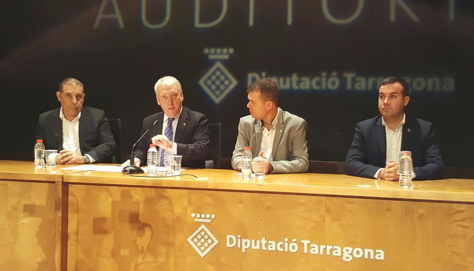 El President de la Diputació de Tarragona, Josep Poblet; el vicepresidents de la Diputació, Josep Cruset i Josep Masdeu; el diputat d'Hisenda i Economia de la institució, Lluís Soler; i el diputat del PAM, Salvador Ferré, en la presentación del PAM 2017-