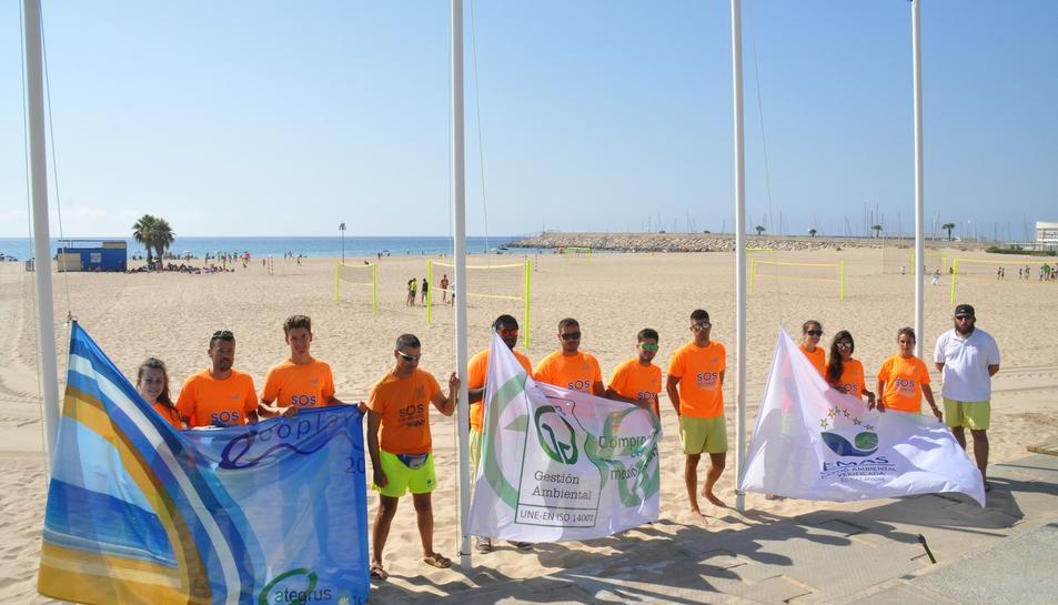 Imatge d'arxiu de la col·locació d eles banderes a les platges.