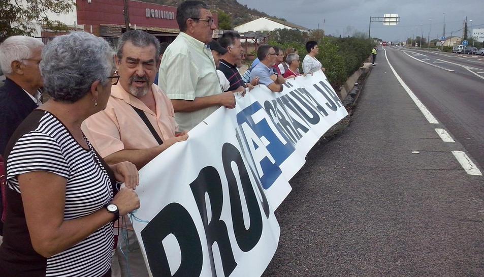 Un grup de persones es va manifestar el 6 d'octubre a Alcanar.
