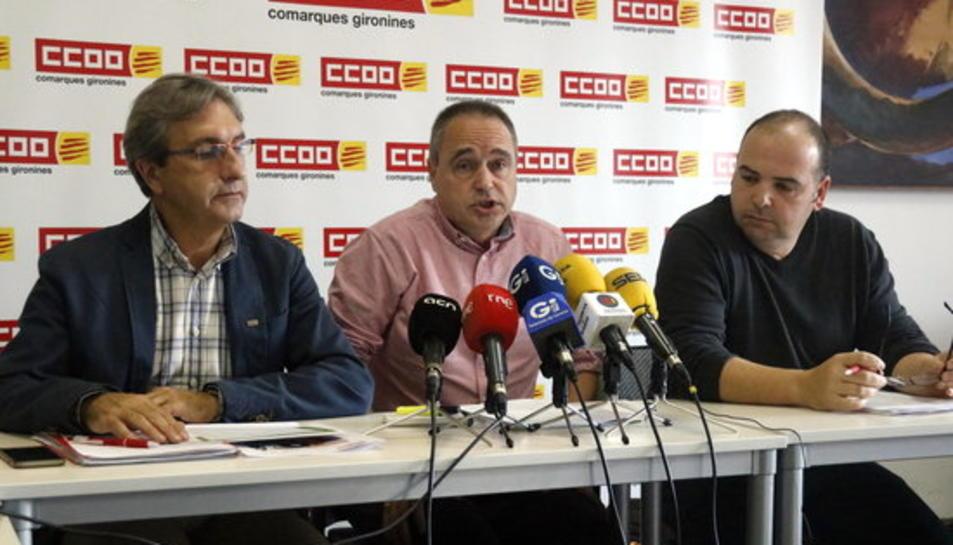 D'esquerra a dreta, el secretari general de CCOO Serveis, Luis Jiménez; el secretari general del sindicat a Girona, Bartomeu Compte, i el responsable de la sectorial d'Hostaleria, Francisco Galván.