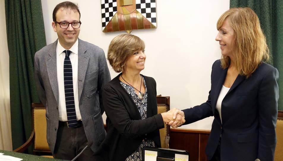 L'encaixada de mans de la consellera de Governació, Meritxell Borràs, i la representant de Bankia amb les claus dels pisos lliurats al Govern, a l'Ajuntament de Mollerussa.