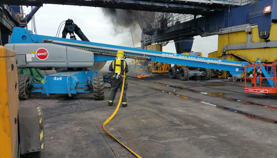 Els bombers del port han pogut extingir el petit incendi.