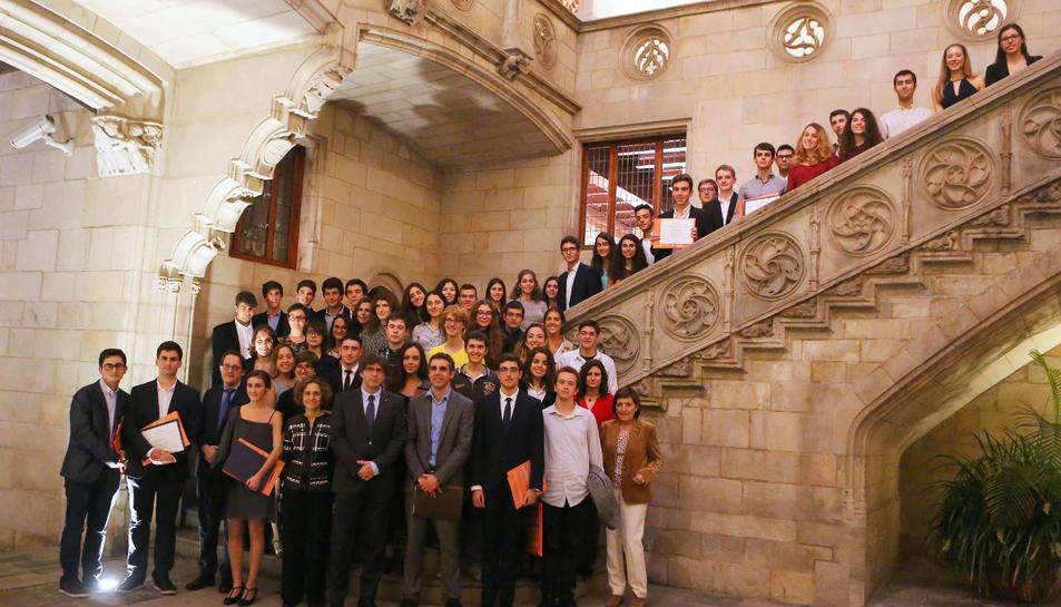 El president de la Generalitat, Carles Puigdemont, amb els estudiants premiats.