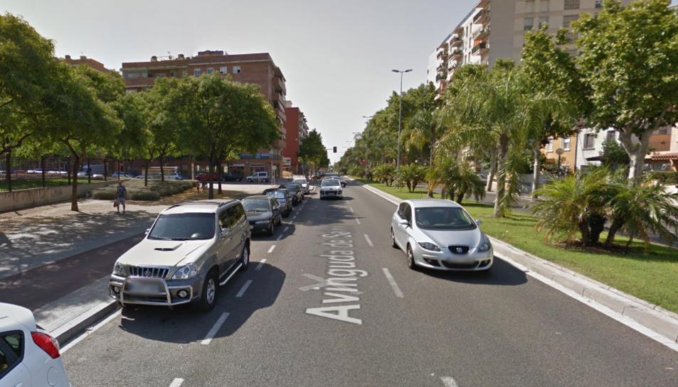 Vehicles circulant per l'avinguda Salou de Reus.