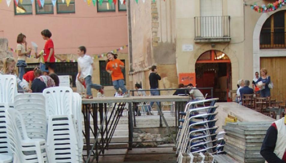 Els escenaris que es col·loquen a la plaça del Fòrum.