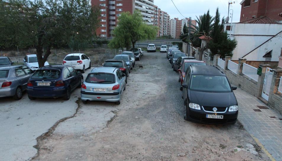 L'inici de l'avinguda Joan Antonio i Guàrdias presenta una zona sense asfaltar.
