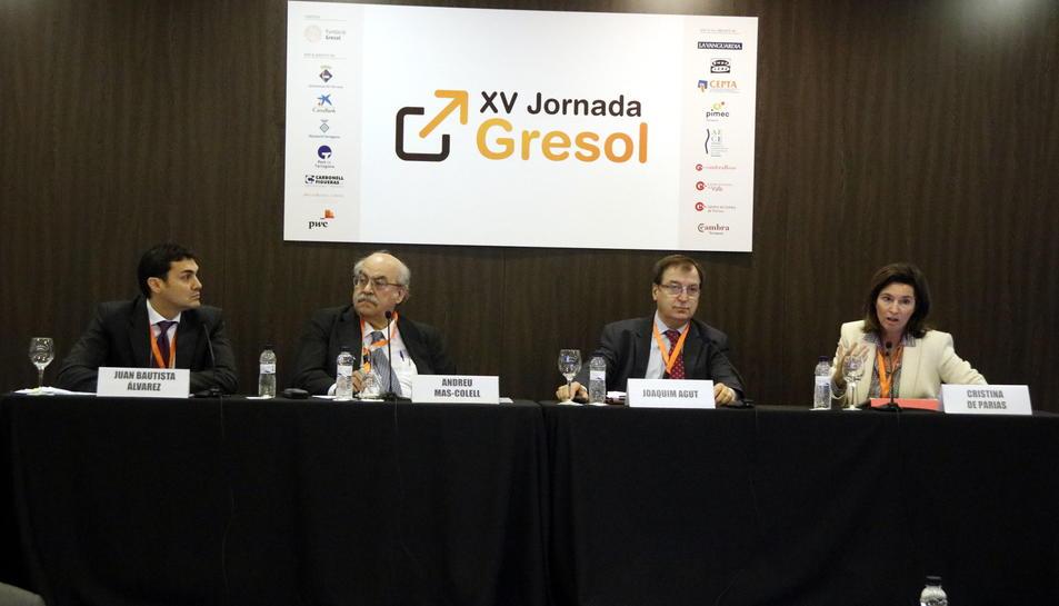 Pla obert del director general de Cirsa, Joaquim Agut, a la XV Jornada Gresol, entre l'exconseller Andreu Mas-Colell i la directora general de BBVA a Espanya, Cristina de Parios. Imatge del 26 d'octubre de 2016