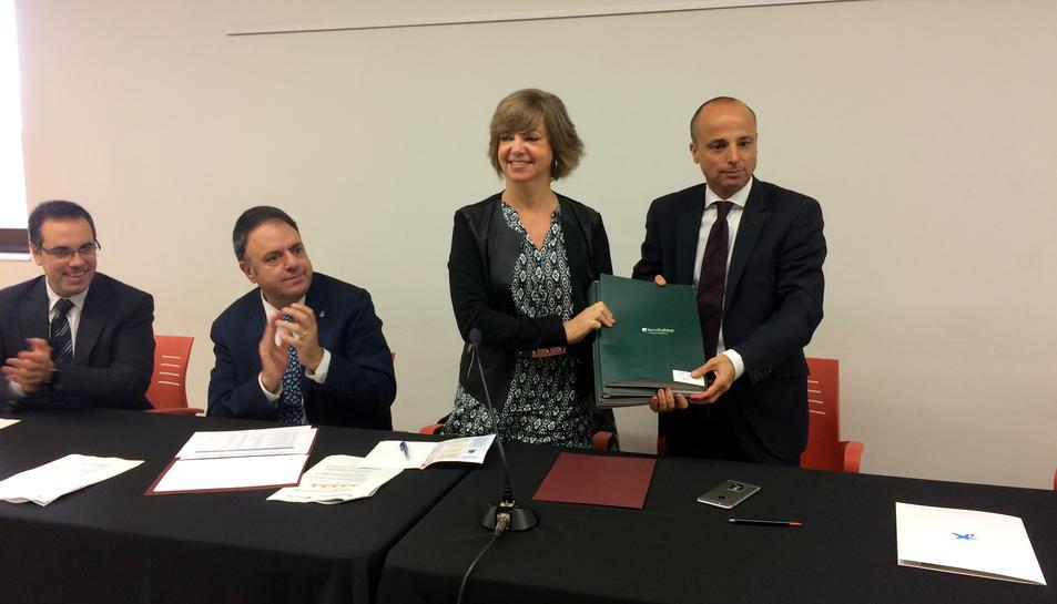 La consellera Meritxell Borràs rep les claus dels pisos cedits per CaixaBank. 20 d'octubre de 2016