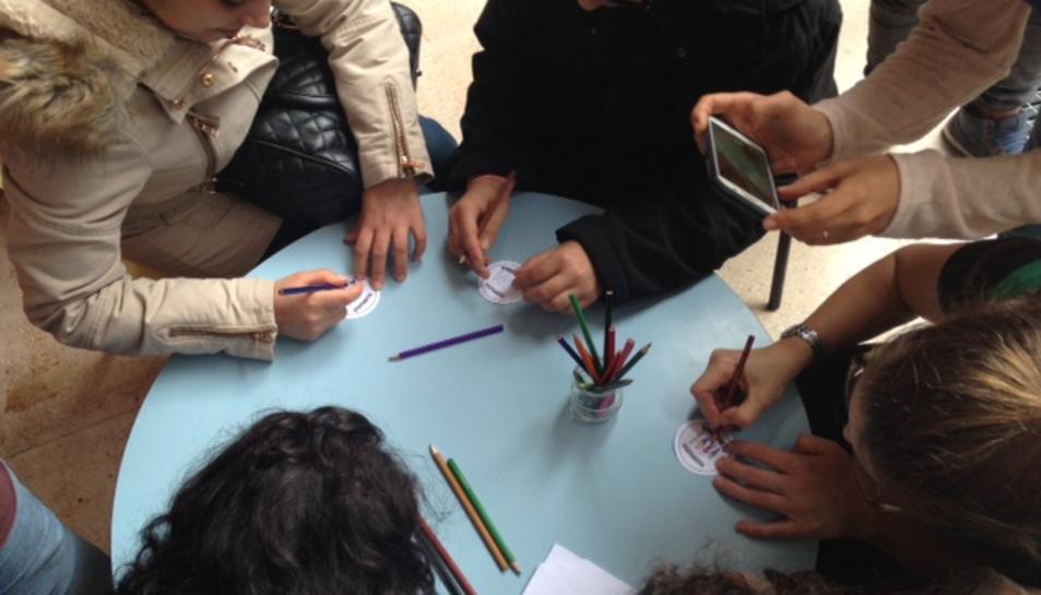 Imatge sobre l'activitat que va organitzar la taula de treball el darrer Sant Jordi.