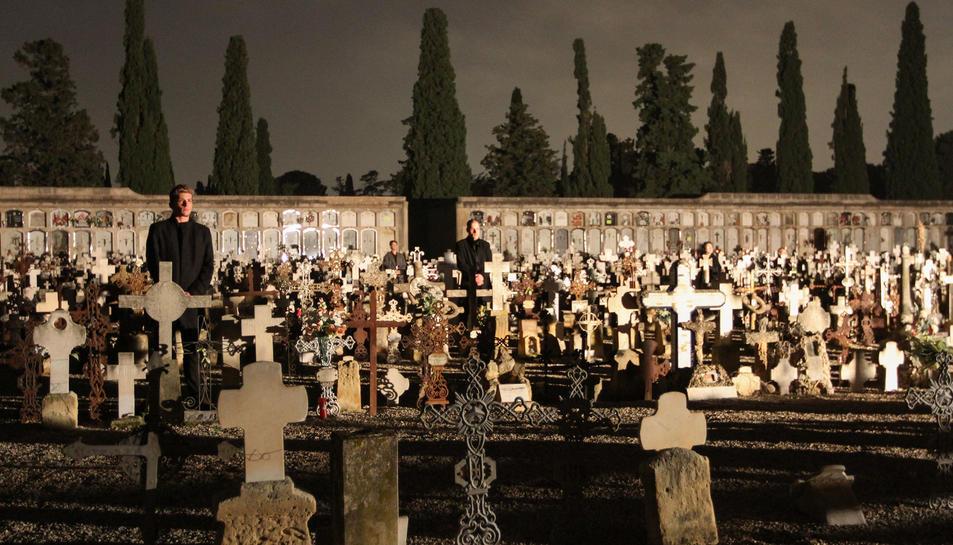 Un dels moments de la visita teatralitzada realitzada aquest dimecres al Cementiri.