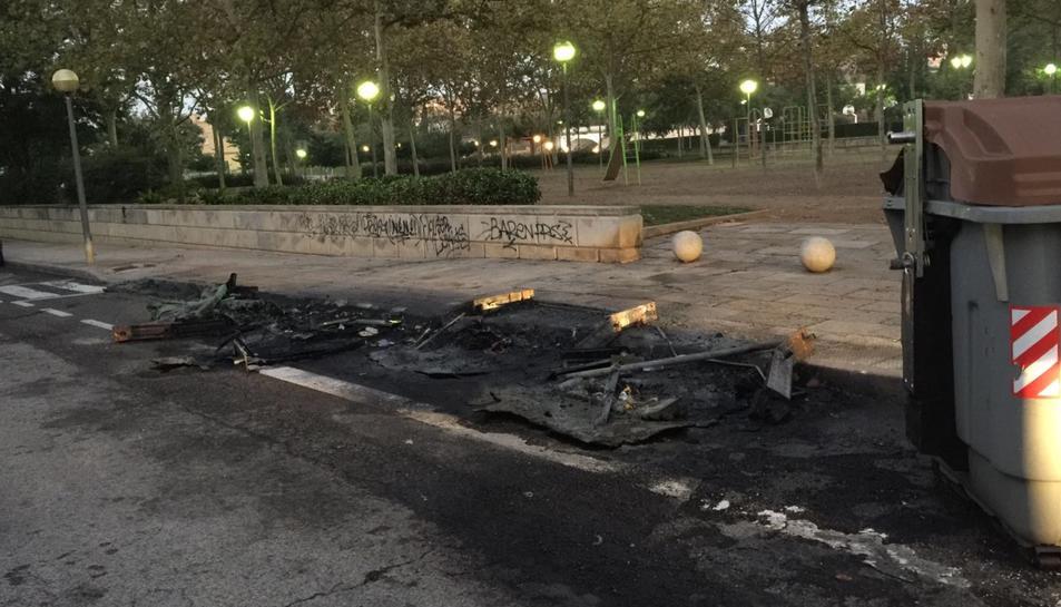 Els tres contenidors cremats es troben davant del Centre Cívic Mas Abelló.